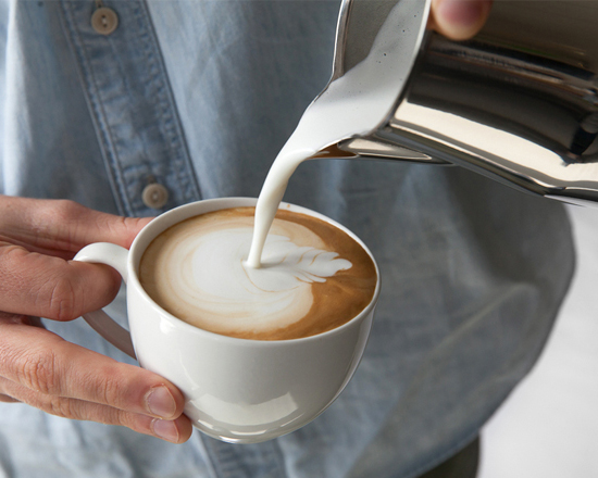 Tự pha một ly Cappucino ngon với cà phê Phúc Long